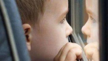 Хлопець плакав, а після розпитувань розповів, що тато у нього в лікарні, а мама пішла провідати його, але кудись загубилася.Ось він і пішов її шукати, та так і не зміг знайти