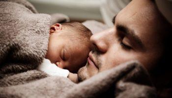 Дівчатам тільки й потрібно дитину народити, печатку в паспорті поставити і в його квартирі прописатися. Класична історія