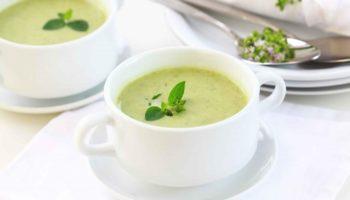 Легкий і ніжний суп із зеленим горошком та сиром