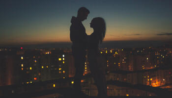 9 чітких ознак того, що він по вуха у вас закоханий