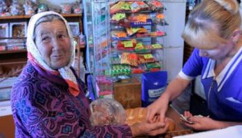Бабуся біля каси плакала, а люди в черзі нарікали, що вона їх затримує…