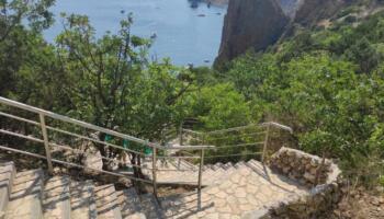 Жінка піднімалася з пляжу 800 сходинок особливим кроком, щоб не втомитися: і правда, так легше